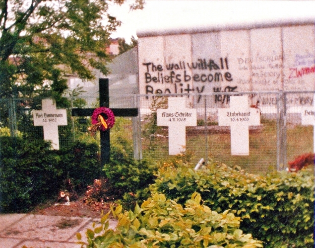 Berlin-Memorial_to_the_Victims_of_the_Wall-1982